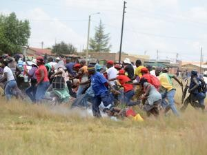 People run during a land eviction protest in Swaneville in Kagiso, west of Joburg. Photo: Paballo Thekiso